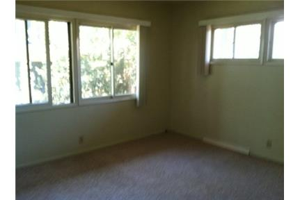 Apartment Walking distance to shopping and transportation. Parking Available!
