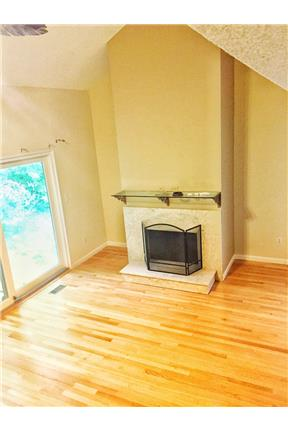 2 bd 2.5 bath end unit townhouse in gated communit for rent in Newington, CT